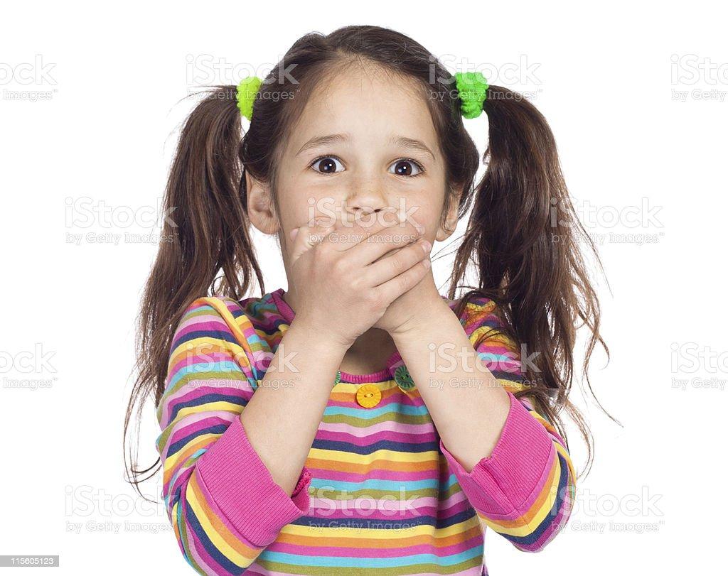 Poco Chica sorprendida con la boca cubierta - foto de stock