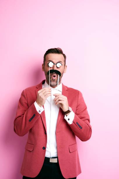 überrascht man mit papier schnurrbart und brille grimassen - schnurrbart themenpartys stock-fotos und bilder