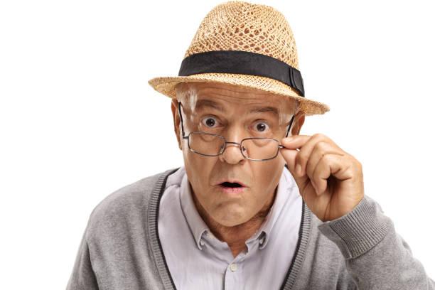 kameraya bakarak şaşırmış olgun adam - sadece yaşlı bir adam stok fotoğraflar ve resimler