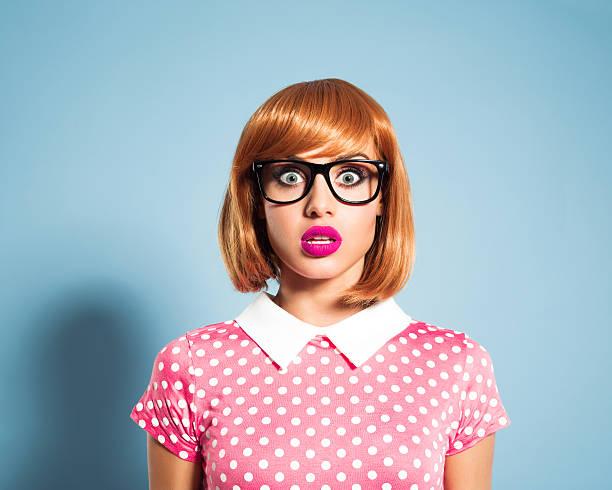 überrascht, junge frau mit rot haare kleid mit pünktchenmuster - moderne 50er jahre mode stock-fotos und bilder