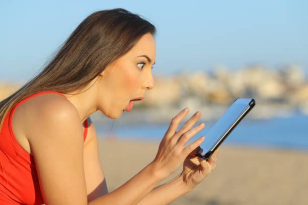 überrascht teenager finden erstaunliche inhalte auf tablet - schnell lesen lernen stock-fotos und bilder