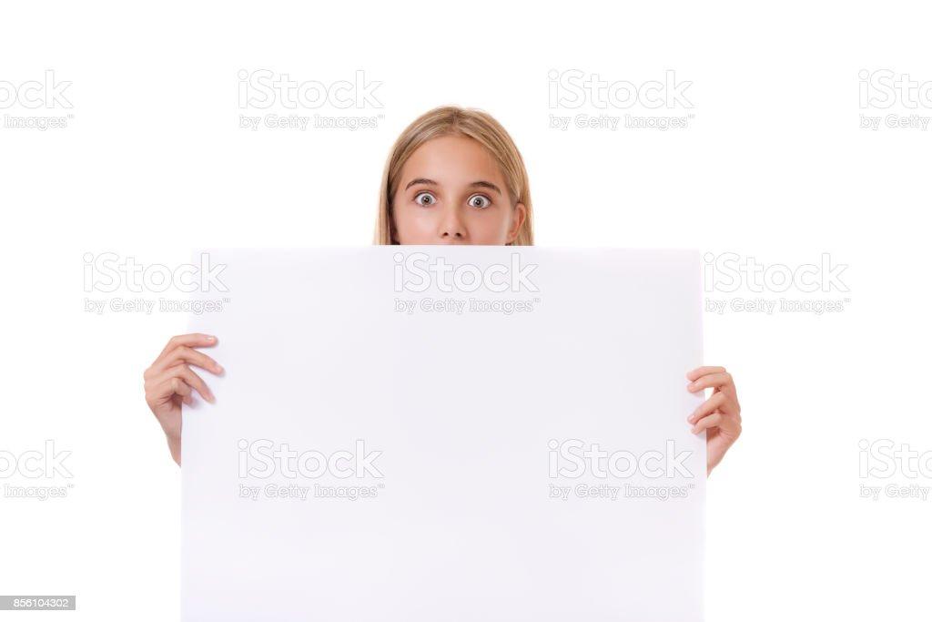 Menina adolescente surpreendida por trás de tabuleiro vazio, isolado - foto de acervo