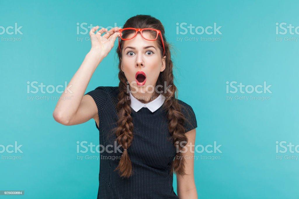 Überrascht Frau in roten Brille Erstaunen Blick in die Kamera – Foto