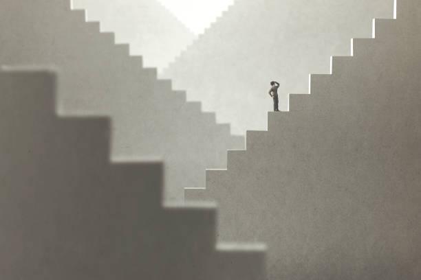 surreale konzept eines mannes, der treppen aufsteigt, um zu versuchen, die spitze zu erreichen - treppe stock-fotos und bilder