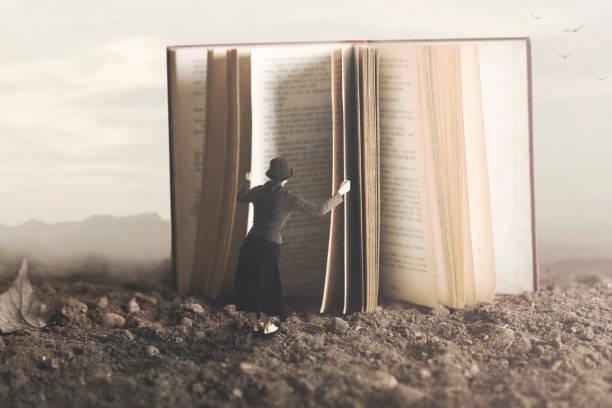 surreales Bild einer neugierigen Frau, ein riesiges Buch durchblättern – Foto