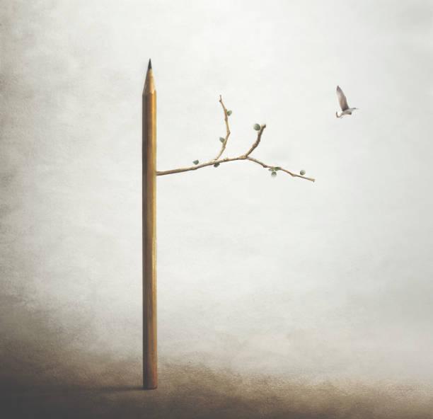Surreales Bild eines Baumes mit Bleistiftramm und einem Vogel, der frei am Himmel fliegt – Foto