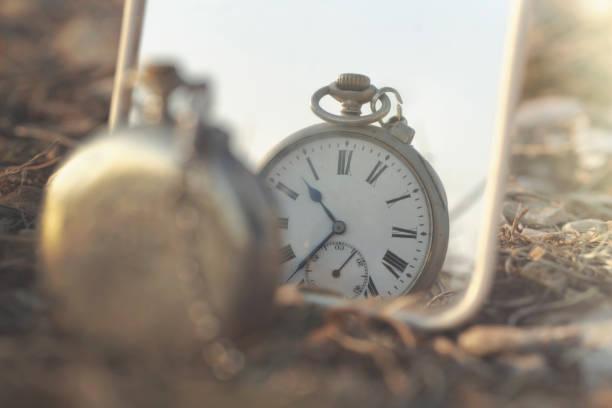 surreales Bild einer antiken Uhr, die gespiegelt wird – Foto