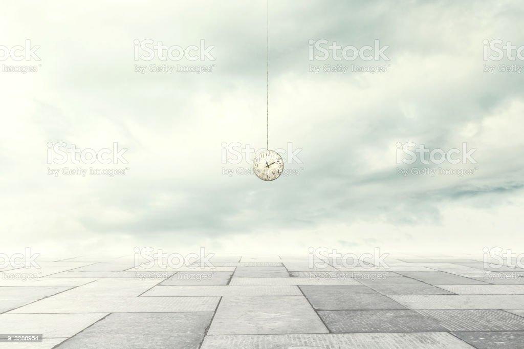 momento surrealista de un reloj bajando desde el cielo - foto de stock