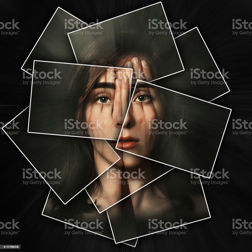 Surreales Porträt eines jungen Mädchens, das über ihr Gesicht und Ihre Augen mit den Händen, Gesicht glänzt durch Hände, Gesicht ist aufgeteilt in vielen Teilen von Karten, doppelte Belichtung – Foto