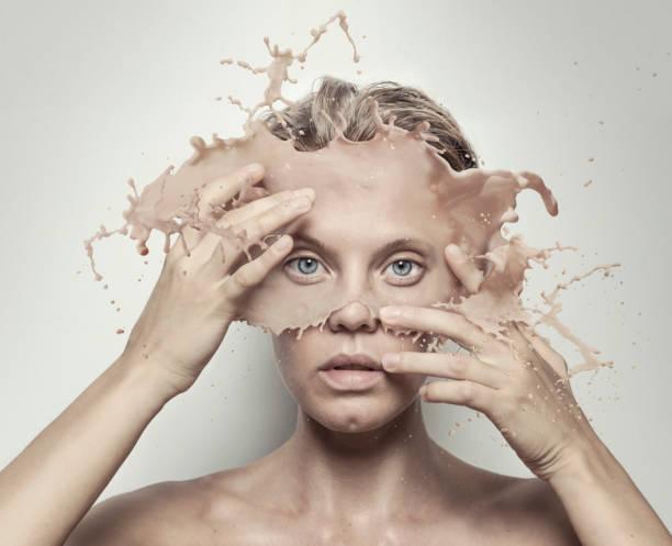retrato surreal de menina com rosto derretido - foto de acervo