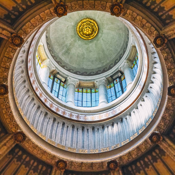 surrealen blick auf geometrischen formen der kuppel decke architektur des französischen ars-sur-formans berühmte religiöse basilika für pilger - dachschräge einrichten stock-fotos und bilder