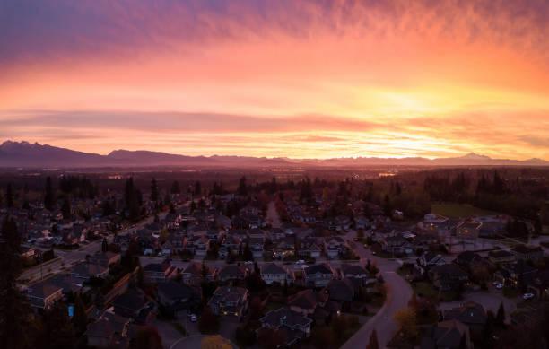 antena do nascer do sol de surrey - sol nascente horizonte drone cidade - fotografias e filmes do acervo