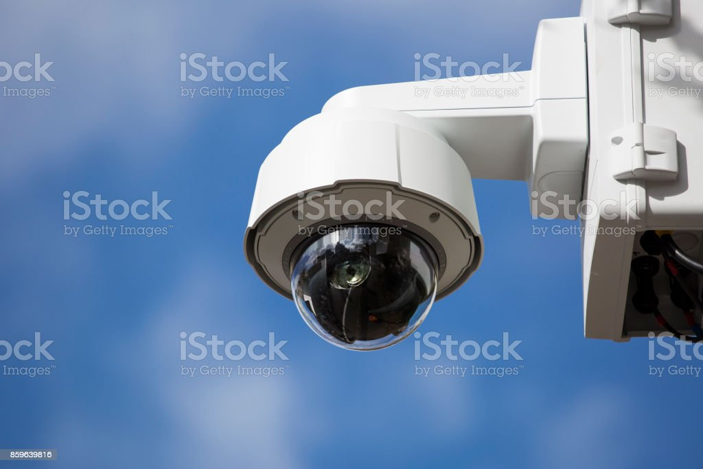 Bewakingscamera tegen blauwe hemel foto