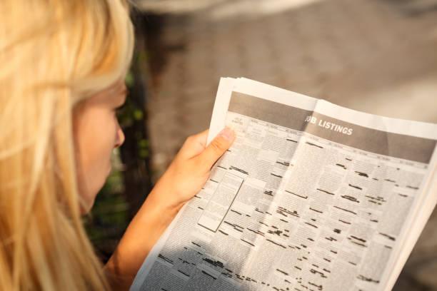 vermessung-stellenanzeigen in zeitungen - immobilienangebote stock-fotos und bilder