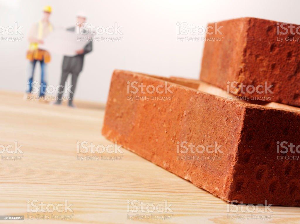 Surveyor e Pedreiro com blocos Bulding - foto de acervo