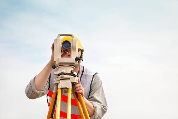 ingegnere geometra rendendo la misura con sfondo di nuvola - perito foto e immagini stock
