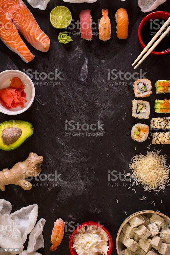Sushi und Zutaten auf dunklem Hintergrund – Foto