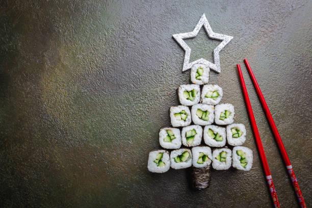 sushi-weihnachtsbaum - weihnachten japan stock-fotos und bilder