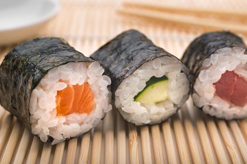 Hossomaki ou Uramaki: essa imagem traz três hossomakis: de salmão, pepino e atum.