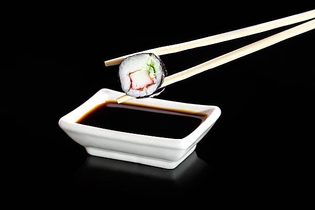 sushi und japanische küche mit sushi-reis - scyther5 stock-fotos und bilder