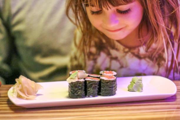 sushi chico - pez sierra fotografías e imágenes de stock