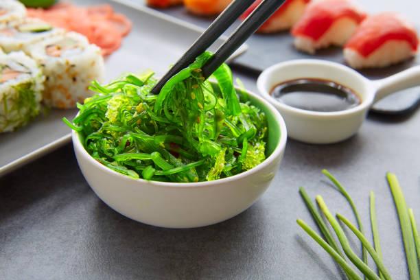 Sushi Maki y Niguiri de salsa de soja California roll - foto de stock