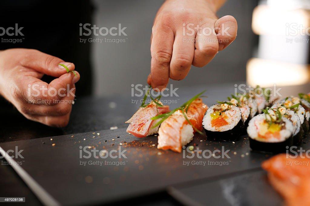Sushi-Meister bereitet futomaki – Foto