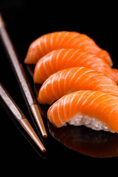 Sushi auf dem schwarzen Hintergrund – Foto