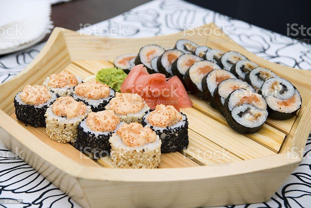 sushi sur plaque de bois photo libre de droits