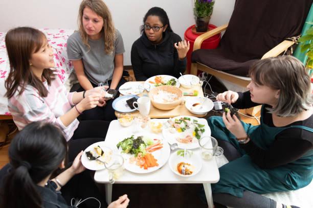 友人と寿司パーティー - people of color ストックフォトと画像