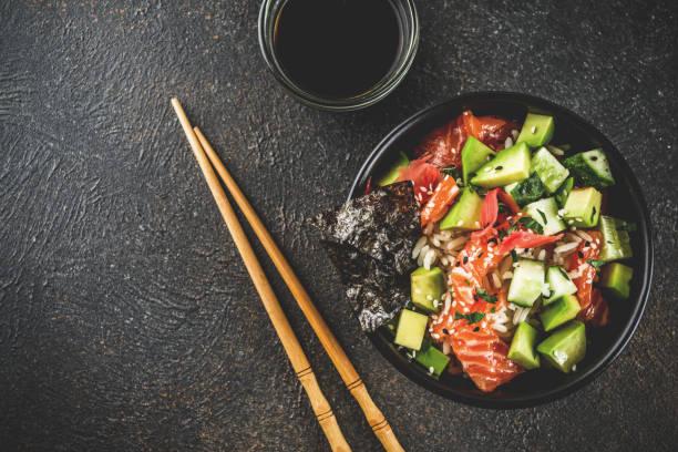 sushi-poke-schüssel - hawaiianischer salat stock-fotos und bilder