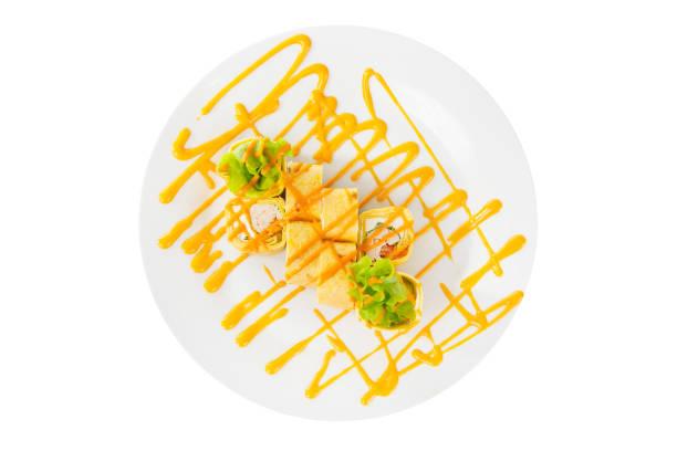 sushi, rollt auf einem weißen hintergrund isoliert - philadelphia hähnchen stock-fotos und bilder