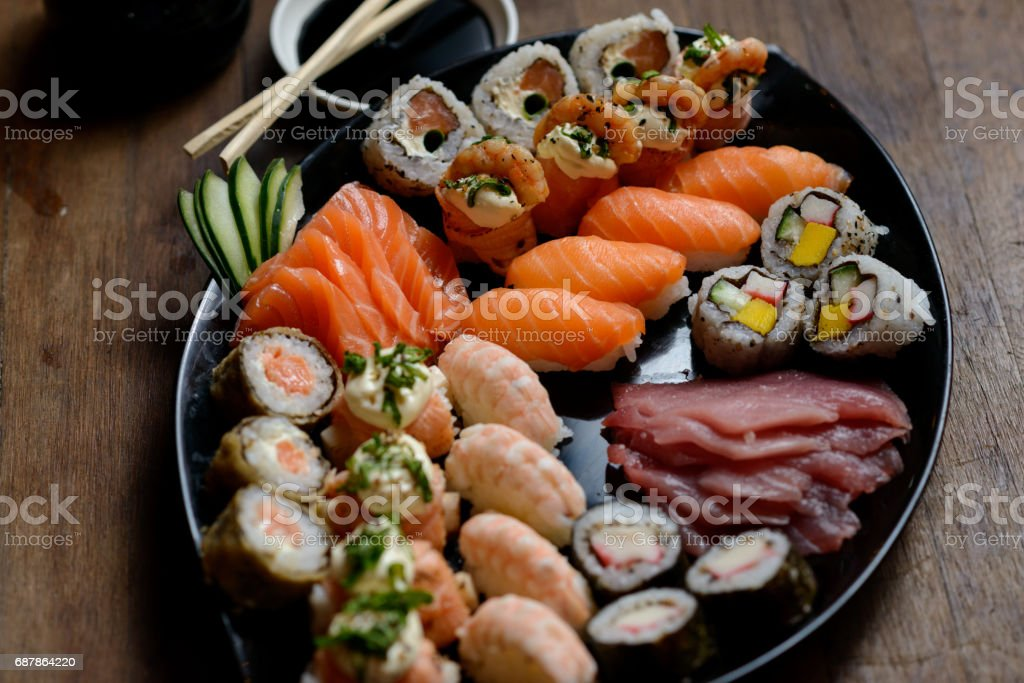 Nave de pescados y mariscos sushi sashimi barco - foto de stock