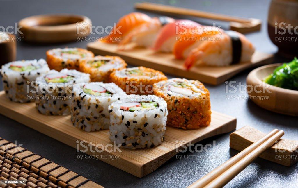 Sushi ingesteld op bamboe plaat - Royalty-free Avondmaaltijd Stockfoto