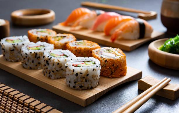 sushi på bamboo tallrik - sushi bildbanksfoton och bilder