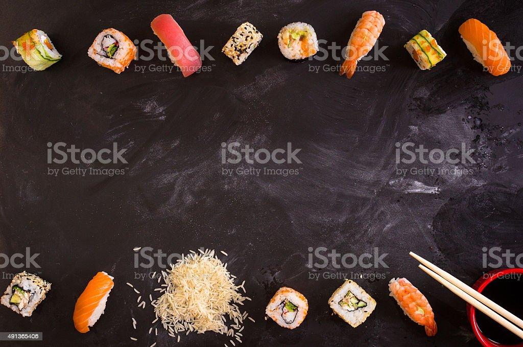 Sushi set auf dunklem Hintergrund. Minimalismus – Foto