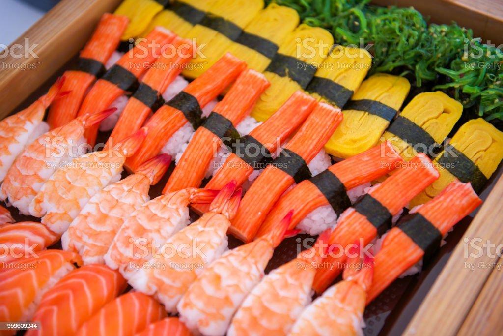 Sushi en bandeja lista para comer - Foto de stock de Alimento libre de derechos