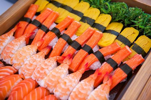 Sushi En Bandeja Lista Para Comer Foto de stock y más banco de imágenes de Alimento