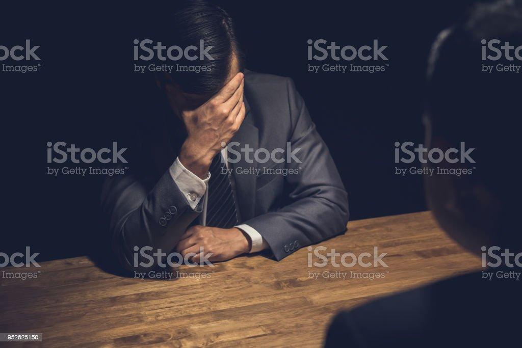 Vermute Geschäftsmann Bedauern in dunklen Verhörraum anzeigen - Lizenzfrei Arbeiten Stock-Foto