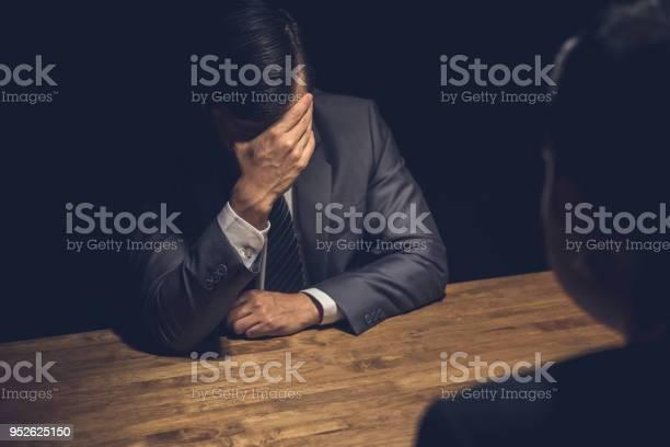 Vermute Geschäftsmann Bedauern In Dunklen Verhörraum Anzeigen Stockfoto und mehr Bilder von Arbeiten
