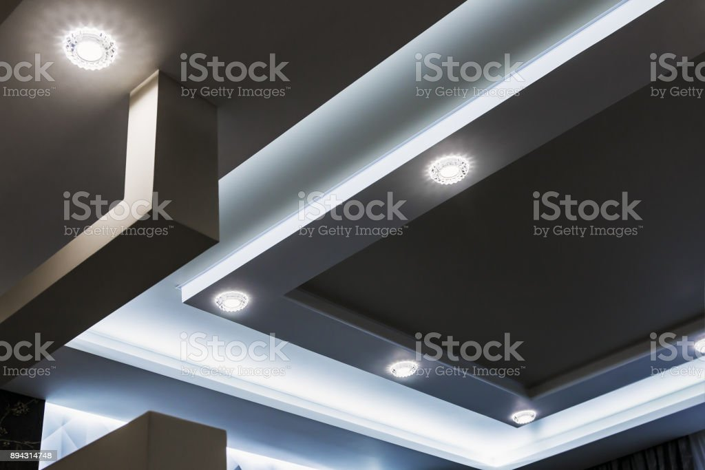 suspended ceiling and drywall construction in the decoration of - Стоковые фото Архитектура роялти-фри