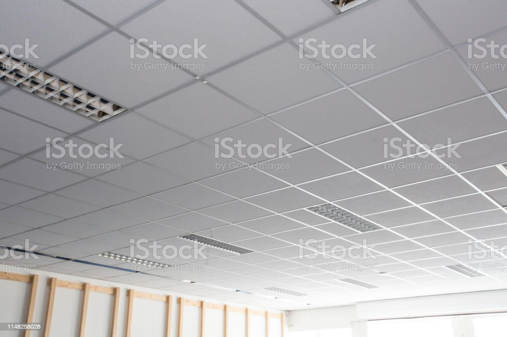 Suspended ceiling with LED square lamps sin the office - Стоковые фото Архитектура роялти-фри