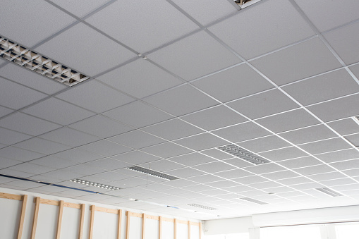 Suspended Ceiling With Led Square Lamps Sin The Office — стоковые фотографии и другие картинки Архитектура
