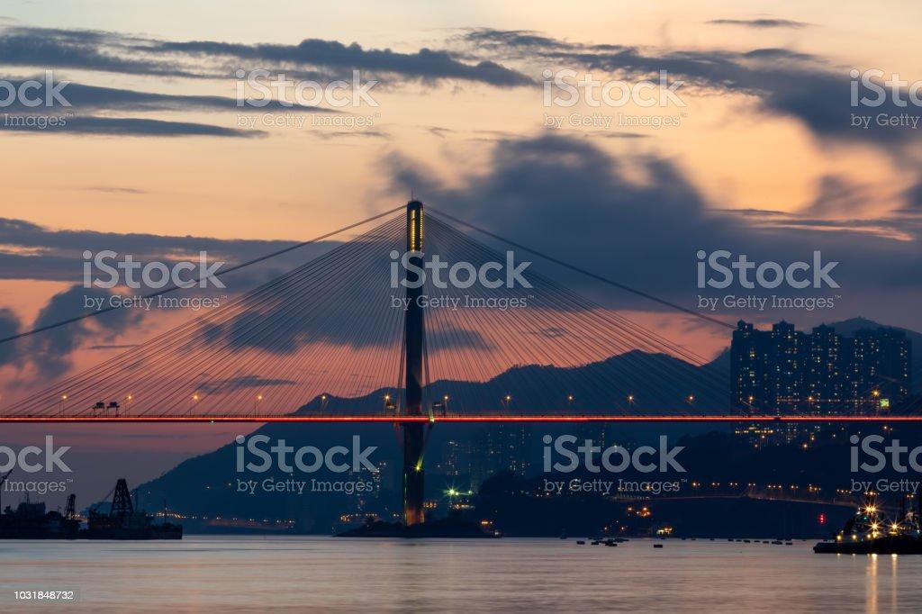 Suspension bridge illuminated during sunset - Zbiór zdjęć royalty-free (Architektura)