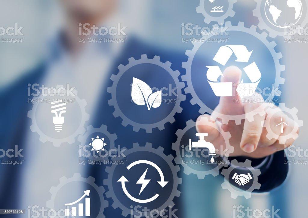 再生可能エネルギーのアイコンをもつスクリーンの持続可能な開発の概念 ストックフォト