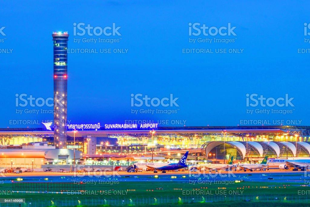 Aeropuerto Suvarnabhumi por la noche - foto de stock