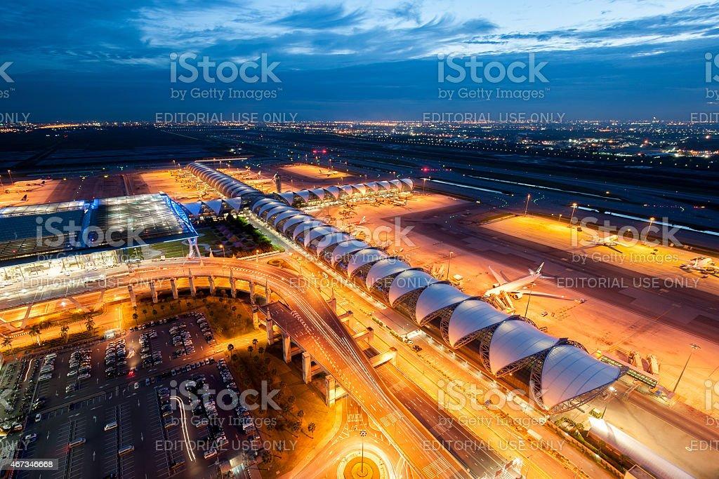 El Aeropuerto Suvarnabhumi de noche con aviones y automóviles - foto de stock