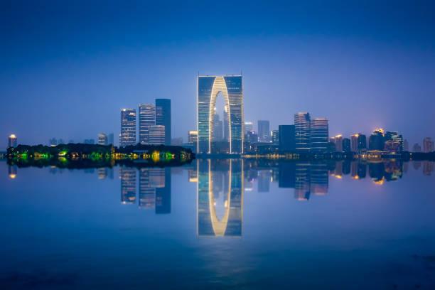 Suzhou Skyline der Stadt in der Nähe von Jinij See in der Nacht in China. – Foto