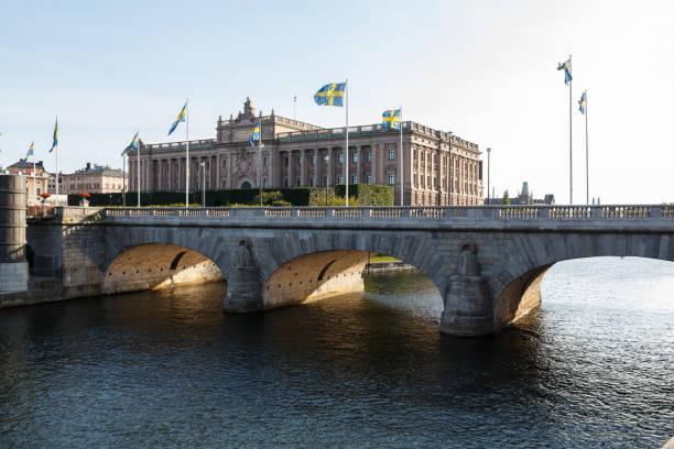 sveriges riksdag - parliament house in stockholm, gamla stan, sweden - политика и правительство стоковые фото и изображения
