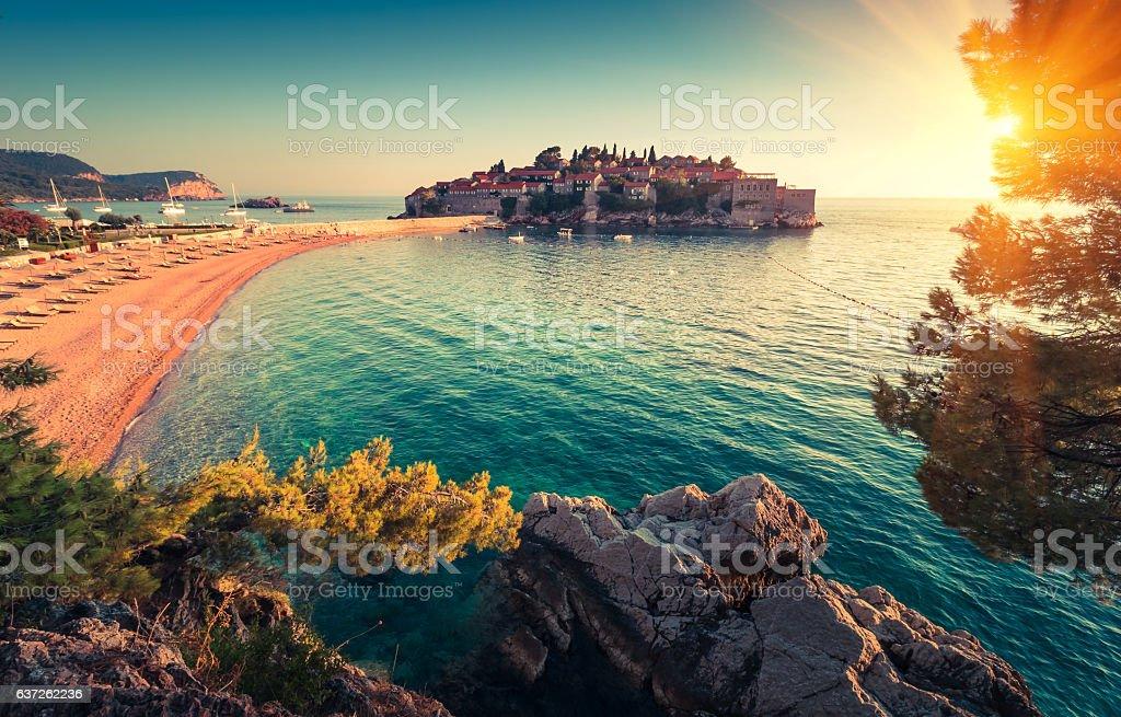 Sveti Stefan island resort and beach at sunset. – Foto